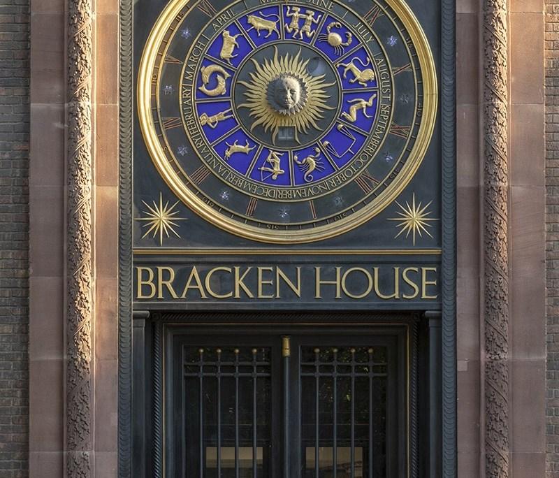 Immagine a colori che mostra l'ingresso storico del Financial Times a Londra