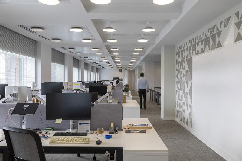 Immagine a colori che mostra l'interno di uno degli uffici del Palazzo del Financial Times a Londra