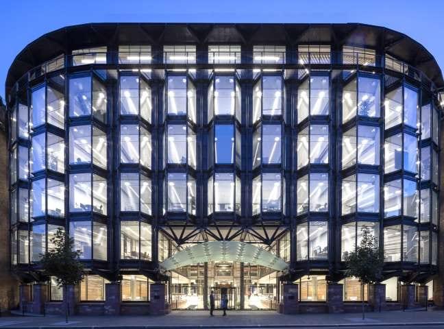 Immagine a colori che mostra la facciata principale del Financial Times a Londra