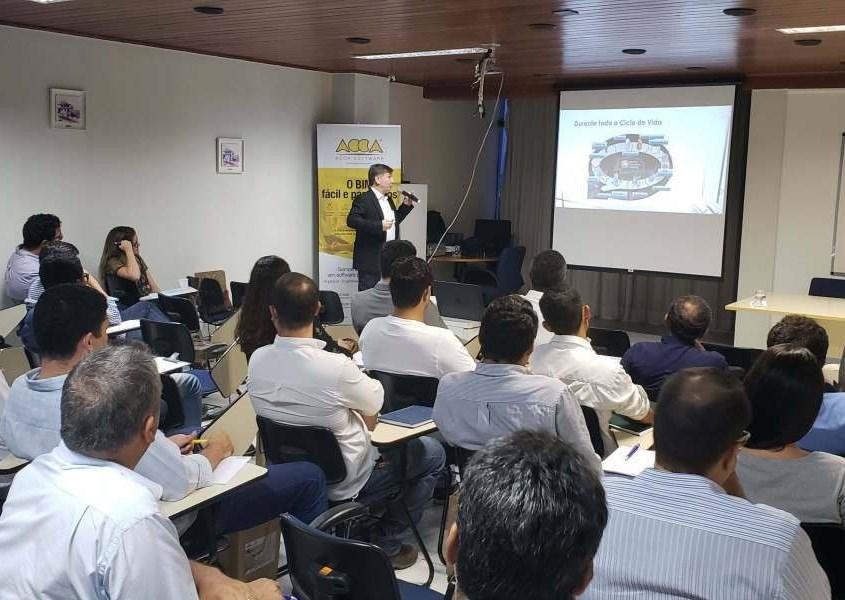 Immagine che mostra il Prof. Eduardo Toledo dell' Università di São Paulo durante il 1 ° Seminario di Stato sul BIM ad Aracaju, nel Sergipe