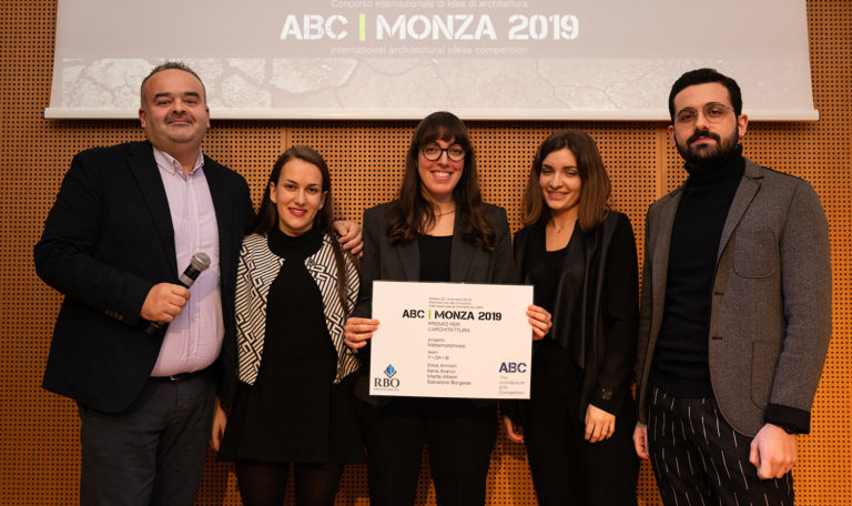Primo premio per l'architettura. Team: Y=3A+B (Italia) - Progetto: Metamorphosis - Consegna il premio: Nicola Furcolo (ACCA software)