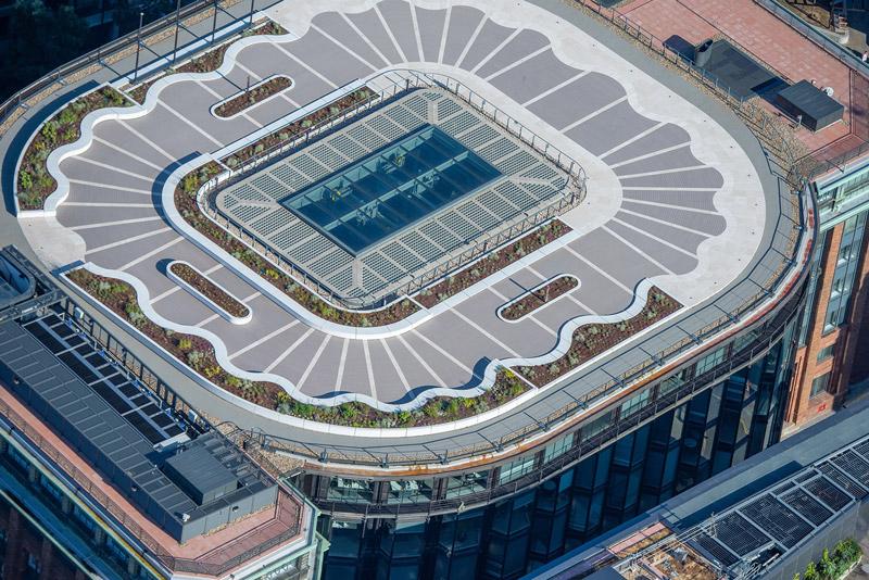 Immagine a colori che mostra una veduta dall'alto del tetto giardino del Palazzo del Financial Times a Londra