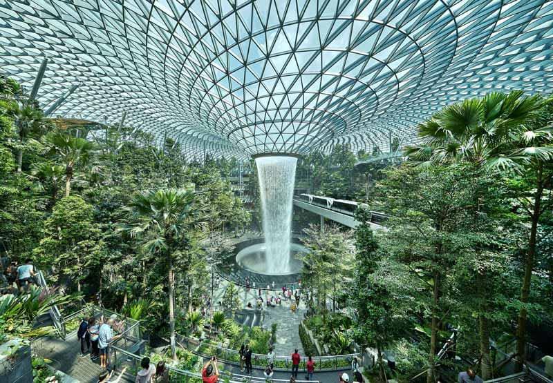 Aeroporto internazionale Changi: la cascata immersa nel giardino tropicale
